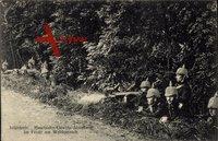 Maschinengewehrabteilung der kaiserlichen Infanterie mit MG 08 im Feuergefecht am Waldesrand um 1915