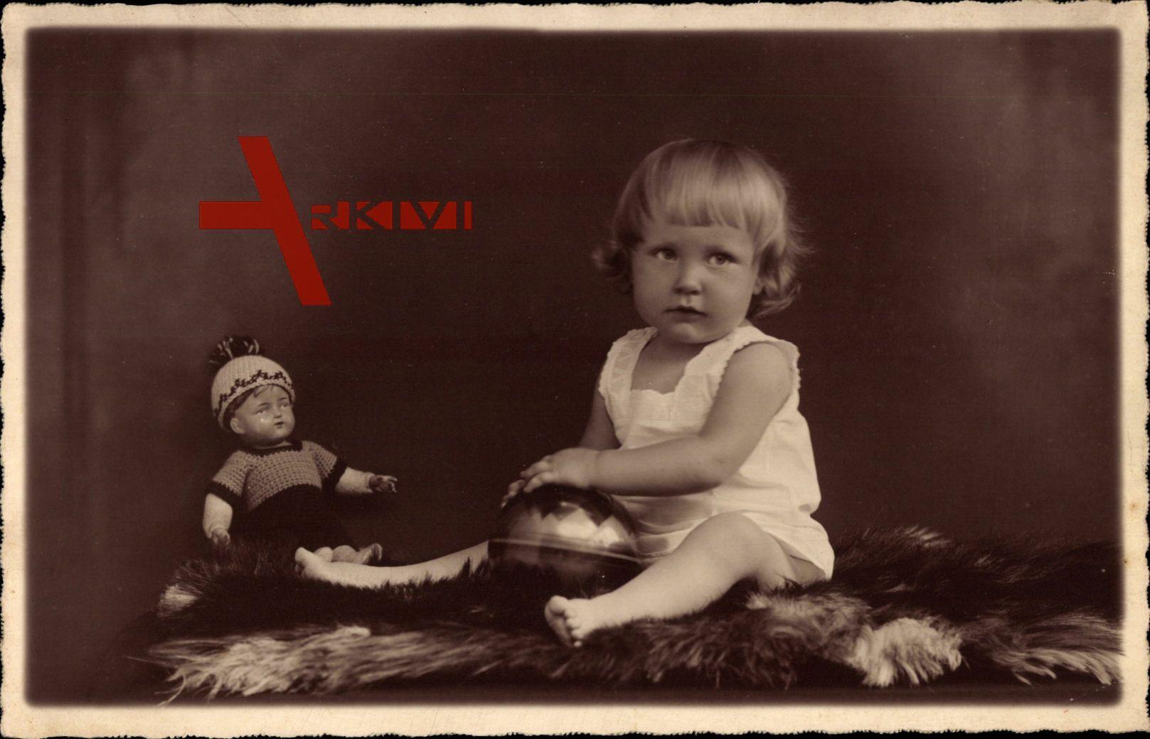 Kleinkind mit Puppe, Spielball, Spielzeug, Pelzdecke