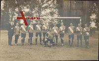 Fußballmannschaft, Gruppenfoto vor dem Tor, Schärpen, Trikots