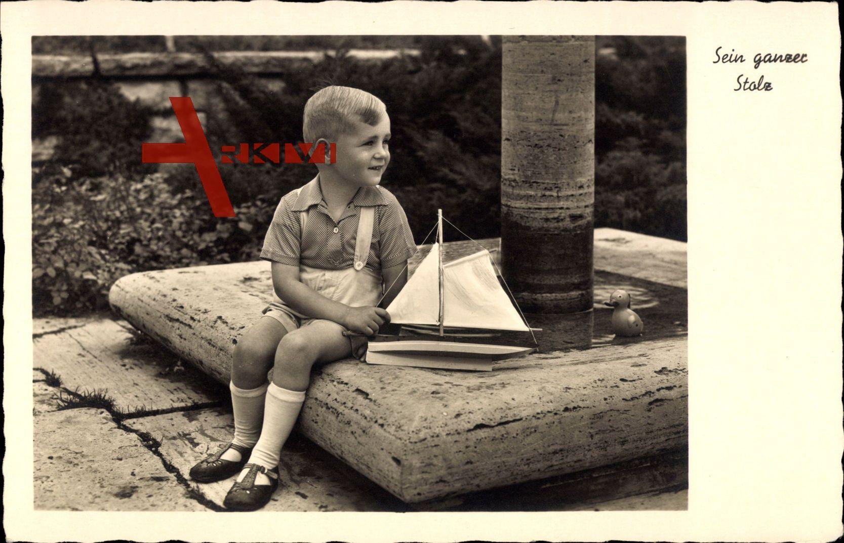 Sein ganzer Stolz, Junge mit seinem Holzboot, Spielzeug