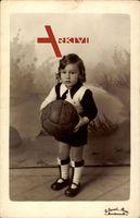 Kleinkind mit einem Fußball, Trikot, Socken