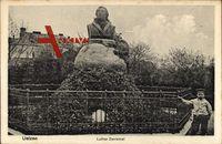 Uelzen Niedersachsen, Kleiner Junge am Luther Denkmal