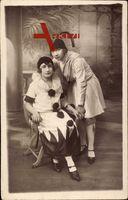 Zwei Mädchen in Karnevalskostümen, Pierrot, Bommeln, Hüte