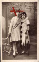 Zwei Mädchen in Karnevalskostümen, Pierrot, Standportrait