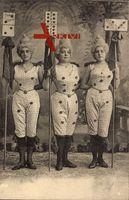 Drei Frauen in Karnevalskostümen, Dominosteine