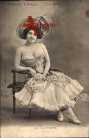 L'Attente, Frau in Karnevalskostüm, Sitzportrait