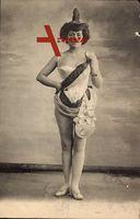 Frau in Karnevalskostüm, Schärpe, Standportrait