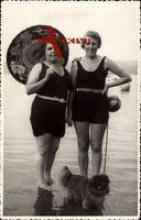 Zwei Frauen in Badekleidern am Strand, Sonnenschirm, Hund