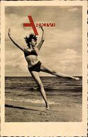 Junges Mädchen in kurzem Badekleid, Strand, Sprung