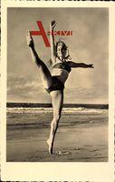 Junge Frau in Badekleid, Strand, Spagatsprung, Blondine