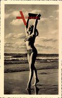 Junge Frau in kurzem Badekleid am Strand, Meerblick