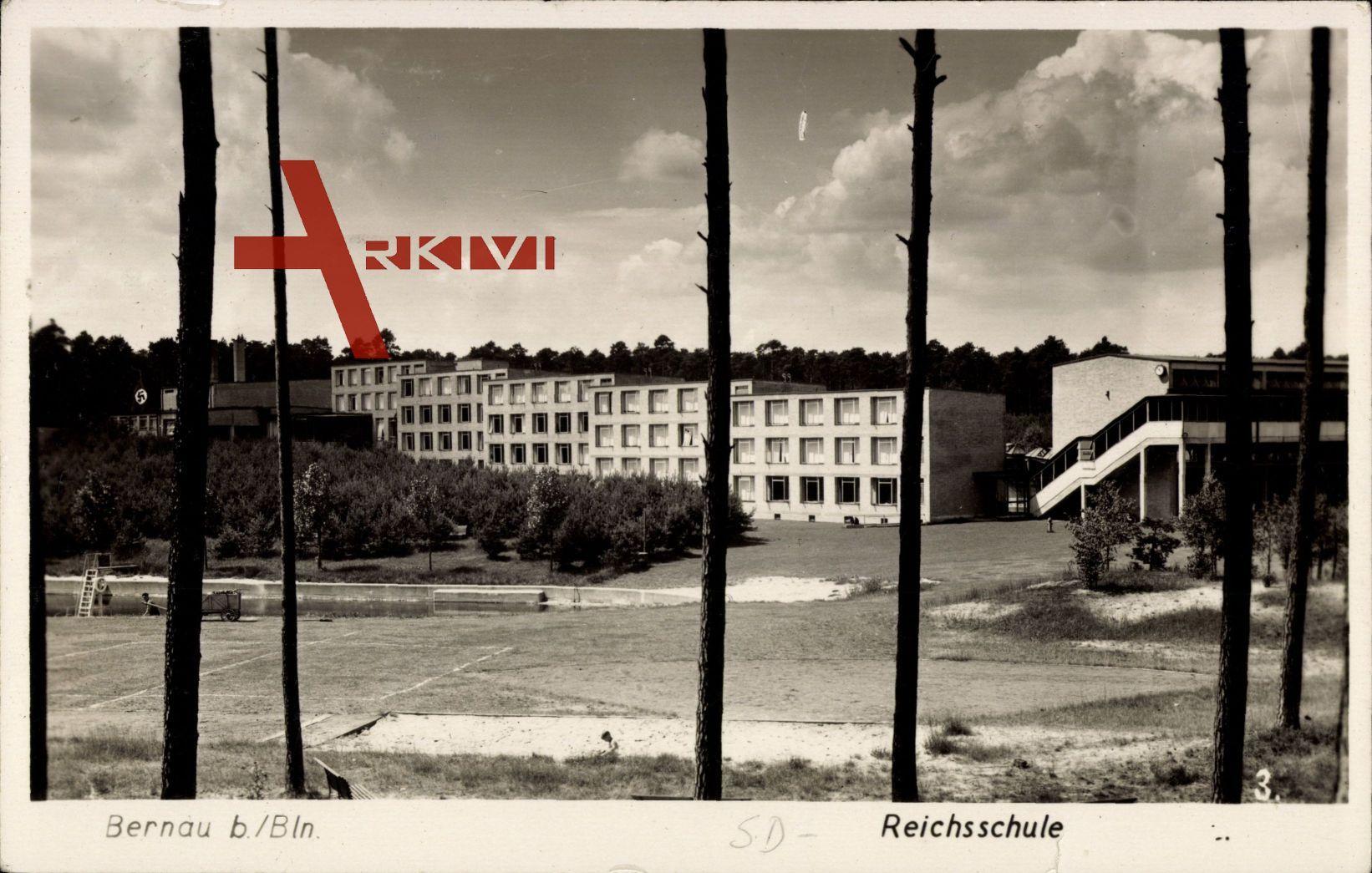 Bernau bei Berlin, Blick auf die Schule mit Sportfeld
