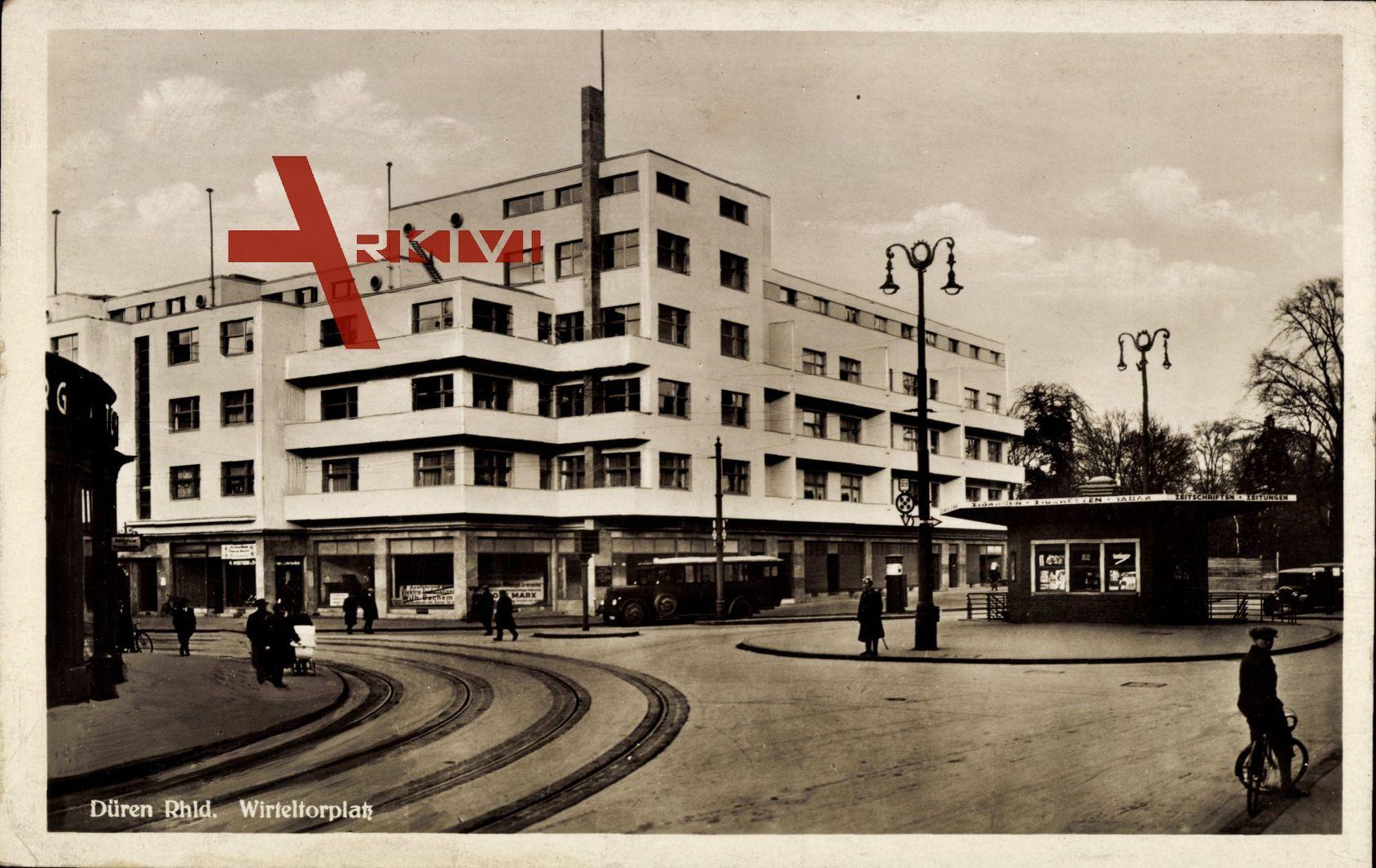 Düren, Blick auf den Wirteltorplatz, Tramschienen, Passanten, Bauhaus