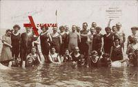 Partie am Strand, Gruppenfoto im Meer, Bademode