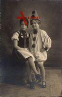 Zwei Kinder in Karnevalskostümen, Portrait