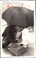 Asiate, Kaligraph bei der Arbeit, Schneidersitz, Schirm
