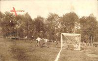 Männer spielen Fußball, Holztor, Fußballplatz, Wiese