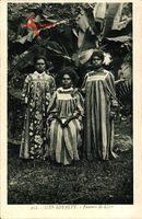 Lifou Neukaledonien, Iles Loyalty, Femmes, Frauen vor Palmen