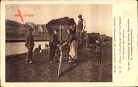 Beim Torfaufladen am Torfkanal, Bauern mit Karren bei der Arbeit