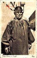 Rieser Bauer in Tracht, Mann in Mantel mit Zigarette und Melonenhut