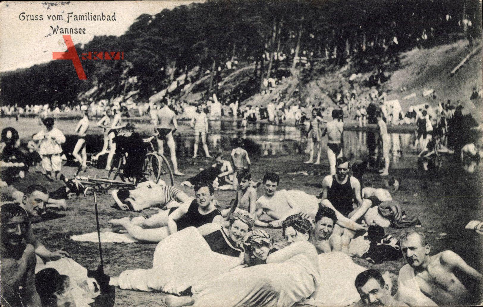 Berlin Zehlendorf Wannsee, Familienbad, Besucher in Badekleidern