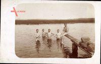Junge Männer beim Schwimmen am Fluss, Holzplanke