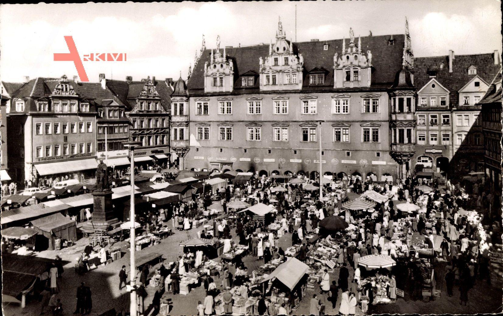 Coburg in Oberfranken, Markttag, Verkaufsstände am Rathaus