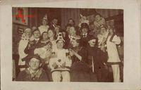 Karnevalgesellschaft, Kostümierte, Clowns, Weingläser