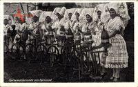 Spreewälderinnen am Spinnrad, Spreewälder Trachten