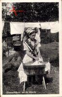 Spreewälderin bei der Wäsche, Wäscheleine, Bottich