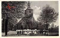Kirchgang in Burg im romantischen Spreewald, Männer und Frauen in Trachten