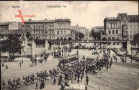 Berlin Kreuzberg, Hallesches Tor, Straßenbahn, marschierende Soldaten