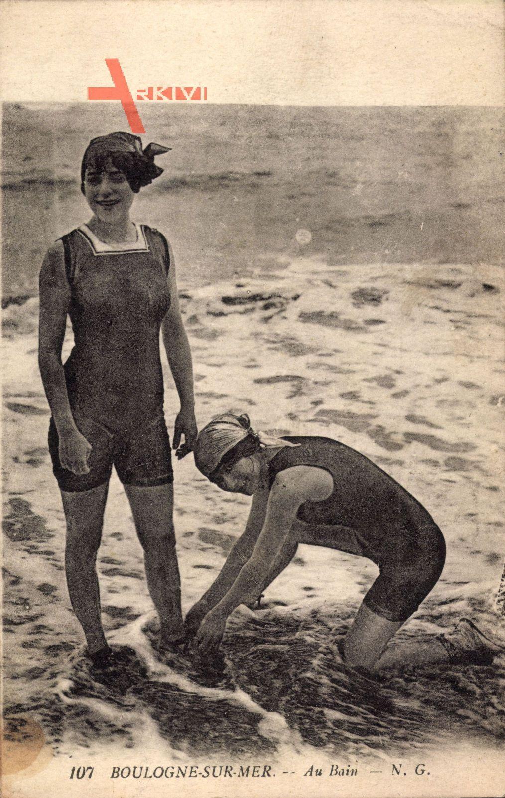 Boulogne sur Mer, Au Bain, Zwei junge Frauen am Strand, Badekleider