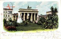 Berlin Mitte, Blick auf das Brandenburger Tor, Quadriga, Springbrunnen, Park
