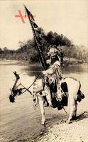 USA, Wildwest, Indianer auf seinem Pferd am Fluss, Federschmuck