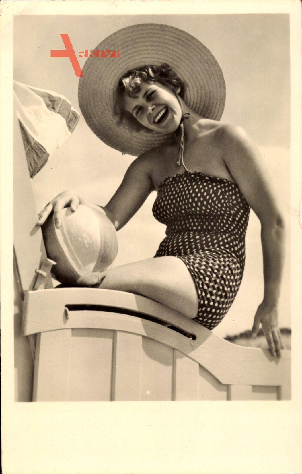 Junge Frau in Badekleid, Strohhut, Spielball, Gelocktes Haar