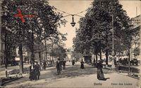 Berlin, Passanten in der Straße Unter den Linden, Brandenburger Tor