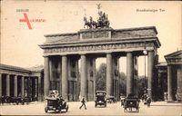 Berlin Mitte, Blick auf das Brandenburger Tor, Oldtimer, Passanten