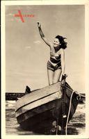 Junge Frau in Badeanzug, Ruderboot, Strand, Meerblick