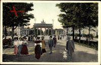 Berlin Mitte, Partie am Brandenburger Tor, Passanten, Berliner Leben