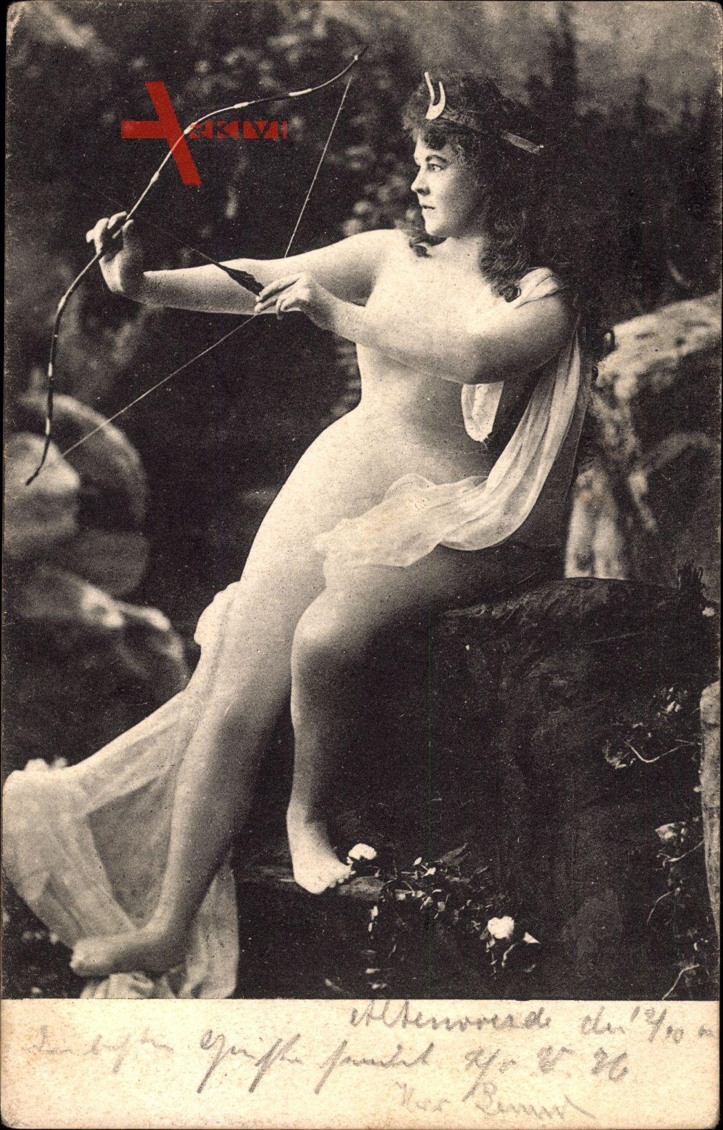 Junge Frau in hautengem Kleid, Bogen, Pfeil, Diadem