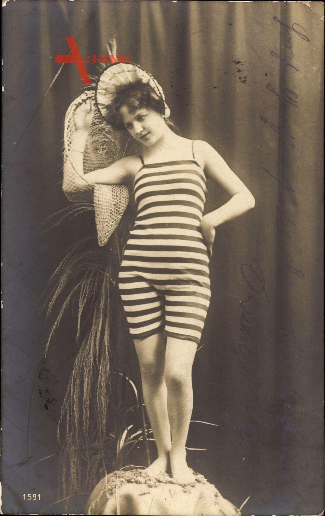 Junges Mädchen in Badekleid, Fischernetz, Gestreiftes Kostüm