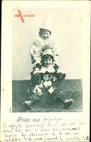 Zwei Kinder in Karnevalskostümen, Sitzend, Mützen