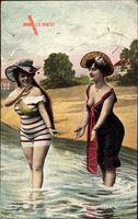 Zwei Frauen in Badekleidern im Wasser, Strand, Brüste, Beine