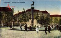 Berlin Schöneberg, Passanten am Brunnen im Stadtpark