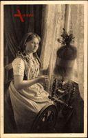 Spreewälderin in Tracht am Spinnrad, Junge Frau