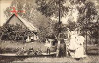 Spreewald, Bauernhof mit Bank, Frauen in Trachten, Gondel