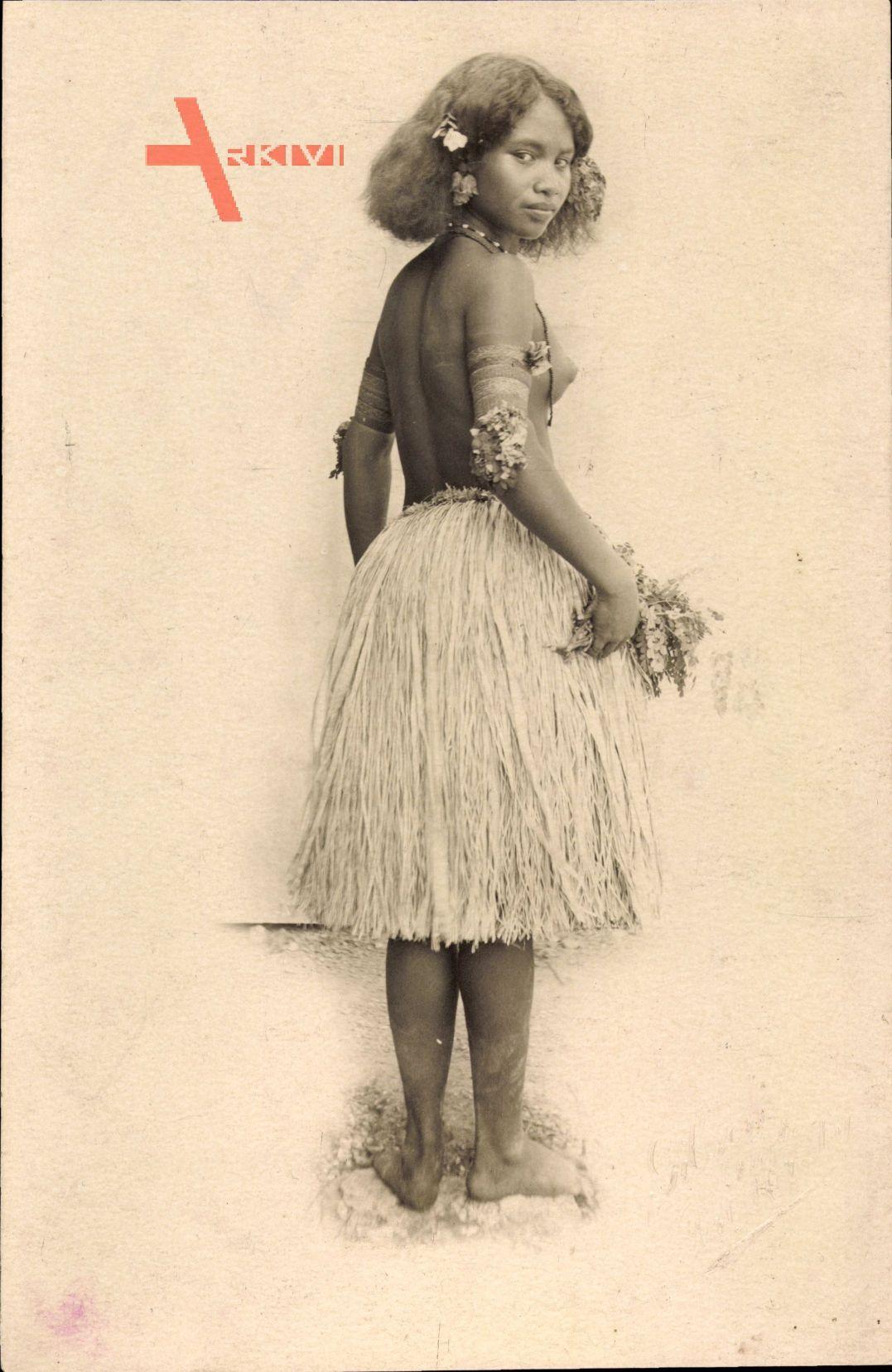 Ozeanien, Eingeborenes Mädchen, Palmenblätterrock, Barbusig