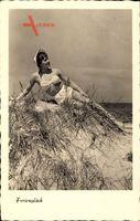 Ferienglück, Junge Frau in Badekleid am Strand liegend