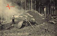 Im Erzgebirge, Kohlenmeiler, Köhler bei der Arbeit